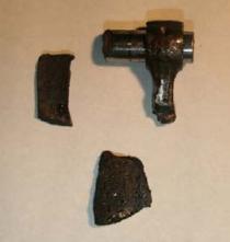 折れたコンロッド小端部 及びシリンダブロック破片